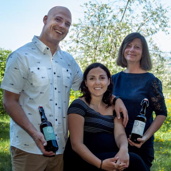 Jimmy, Eve et Pauline, les propriétaires de l'entreprise québécoise Cidrerie Compton